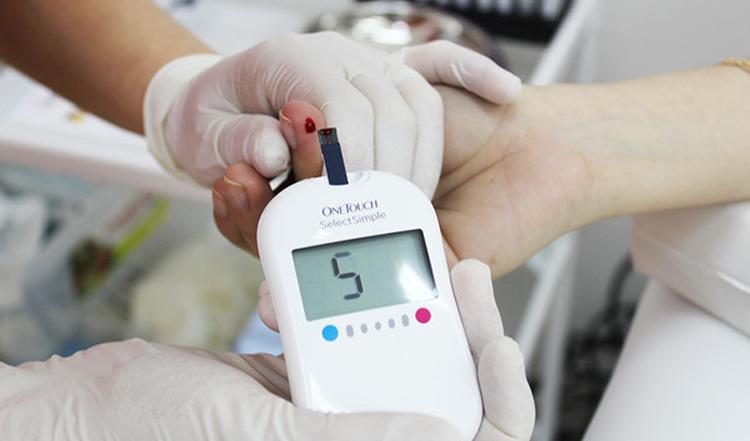 Узнать сахар в крови можно с помощью глюкометра