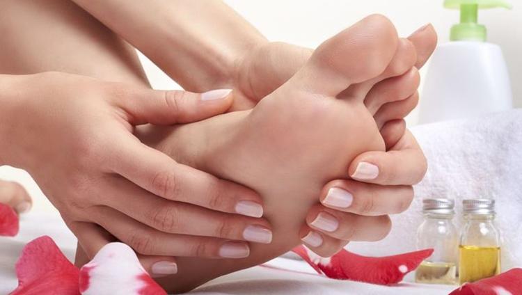 Диабетик ухаживает за ногами используя крем