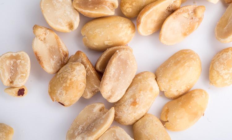 Соленый арахис задерживает воду в организме