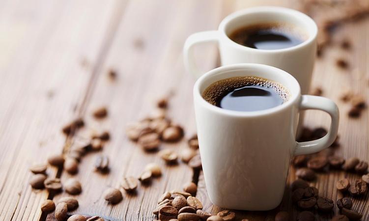Повышает или понижает давление кофе?